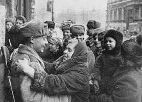 Архивное фото/Освобожденные жители города и бойцы Красной армии