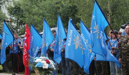 В Старой Руссе открыли бюсты героев-десантников