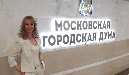 Депутат МГД пришла на открытые слушания, вооруженная... ножницами