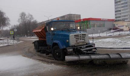 В выходные спецтехника и дворники вышли на уборку автодорог и дворов округа