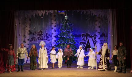 Яркий новогодний спектакль показали в Коробовском Доме культуры