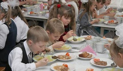 Путин поручил обеспечить питанием школьников начальных классов