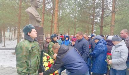 Открыт бюст героя-десантника Сергея Козлова