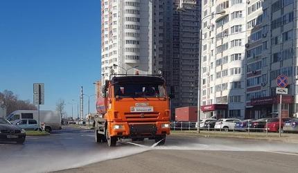 В подмосковных Люберцах начали ежедневную влажную уборку автомобильных дорог