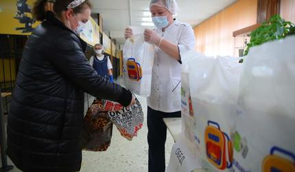 В подмосковных Люберцах продолжается выдача продуктовых наборов для школьников
