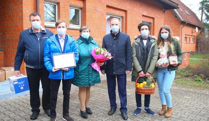 Глава Люберец вручил сертификат на квартиру воспитаннику из приемной семьи