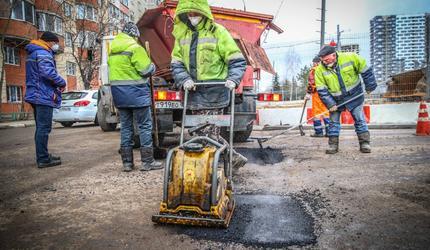 Дорожные рабочие в Люберцах продолжают устранять ямы