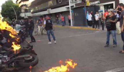 В Гвадалахаре протестующие подожгли патрульного полицейского