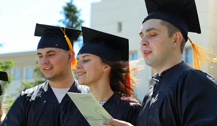 Выпускники УлГУ приняли поздравления