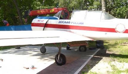 Самолёт Як-52 пополнил музей под открытым небом возле здания ДОСААФ в Пензе