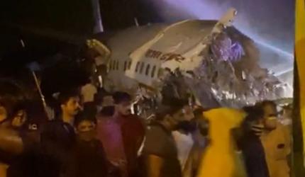 В результате жесткой посадки самолет авиакомпании Air India развалился на части