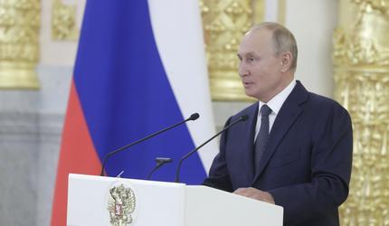 Путин призвал помочь россиянам с низкими доходами на встрече с сенаторами