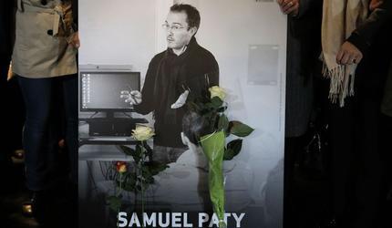 Двух школьников обвинили в соучастии в жестоком убийстве учителя во Франции