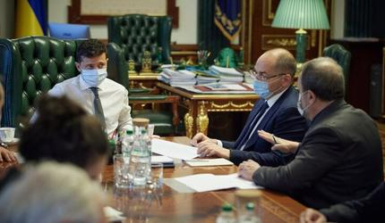 «Прорыв, пиар или афера?» Зеленскому представили украинскую вакцину от COVID-19