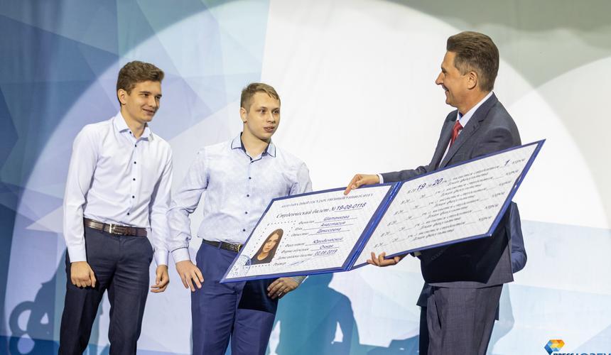 Ректор ЮЗГУ Сергей Емельянов традиционно вручил лучшим первокурсникам символический студенческий билет